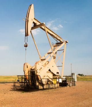 oil-derrick-pump-jack-fracking-energy-production-P59U4G4-683x1024